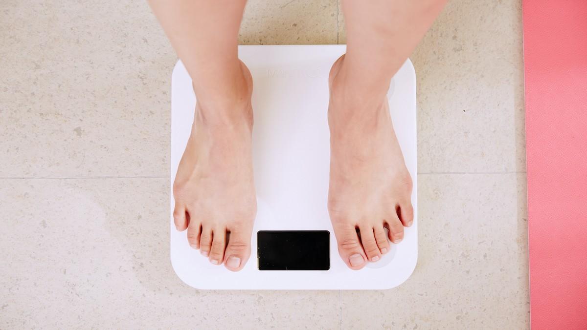 Žena na váze zkouší, jak je účinná dieta pro vegetariány.