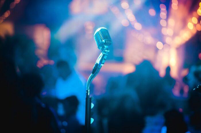 Mikrofon na koncertě hudební skupiny Kabát.