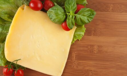 Sýr Eidam, ze kterého se brzy stane smažený sýr.