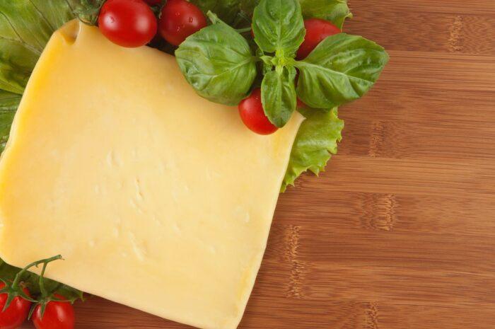 Smažený sýr neboli český smažák a hranolky