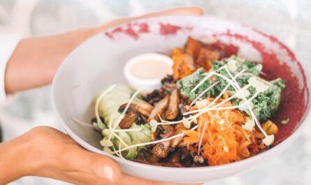 Naservírovaný talíř dokonale prezentuje vegetariánství.
