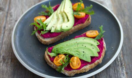 Zdravé stravování prezentované na talíři.
